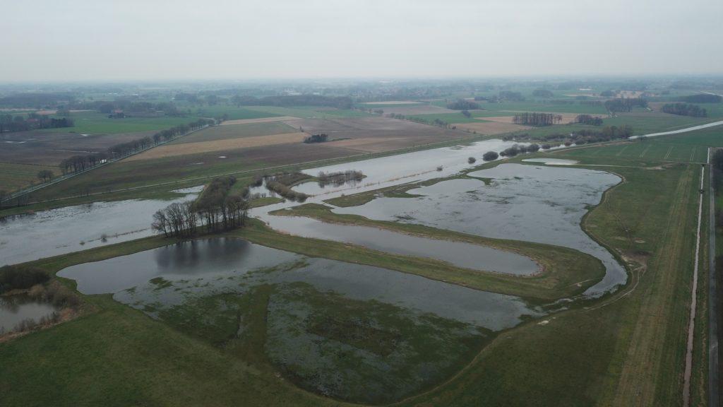 Vogelperspektive auf die Auenlandschaft bei Hochwasser